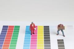 les mini travailleurs sur examiner la discrimination raciale image libre de droits