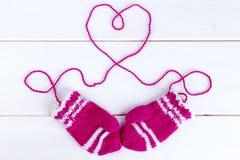 Les mitaines tricotées des enfants Photographie stock