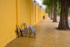 Les mitrailleuses ont laissé sans surveillance au palais de Phnom Penh Image libre de droits