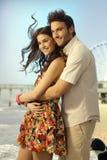 Les ménages mariés heureux sur la lune de miel se déclenchent à la plage Image stock