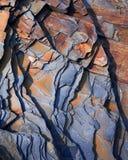 Les modèles abstraits de l'ardoise sur Gunwalloe échouent dans la crique les Cornouailles d'église Photo stock