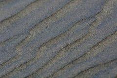Les modèles abstraits ont fait par des vagues sur le sable noir célèbre des plages du Nouvelle-Zélande photo stock