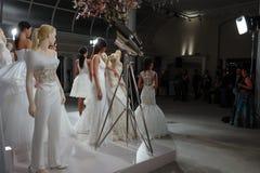 Les modèles apparaissent à un pain grillé à Tony Ward : Une collection nuptiale spéciale Photo stock