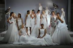 Les modèles apparaissent à un pain grillé à Tony Ward : Une collection nuptiale spéciale Images libres de droits