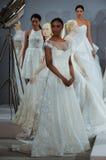 Les modèles apparaissent à un pain grillé à Tony Ward : Une collection nuptiale spéciale Photo libre de droits