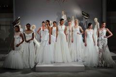 Les modèles apparaissent à un pain grillé à Tony Ward : Une collection nuptiale spéciale Image stock
