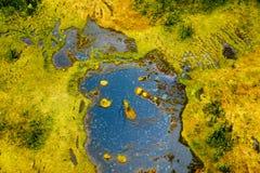 Les modèles colorés se développent sur le paysage en tant qu'un vole à travers le vaste état de l'Alaska Image stock