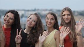 Les modèles de jeunes filles relèvent les escaliers banque de vidéos