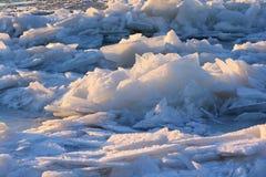 Les modèles faits par le gel sur la piscine glacée Images stock
