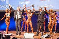 Les modèles femelles de forme physique célèbrent leur victoire sur l'étape avec l'offi Images stock