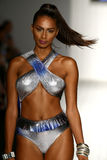Les modèles honorent la passerelle dans l'habillement de bain de concepteur pendant le défilé de mode de l'Art Institute Photo libre de droits