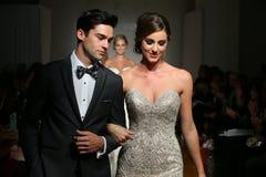 Les modèles marchent à l'automne de Bridals d'attrait/à l'exposition 2016 piste d'hiver Photo stock