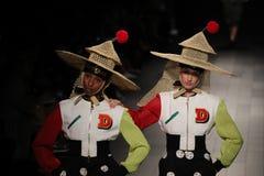 Les modèles marchent la piste pour le défilé de mode de Desigual Photos libres de droits