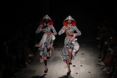 Les modèles marchent la piste pour le défilé de mode de Desigual Image libre de droits