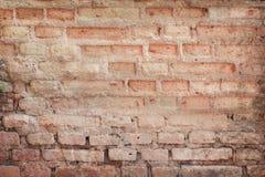 Les modèles naturels de délabrement de vieux mur de briques en béton donnent à abstrait une consistance rugueuse pour le fond photos stock
