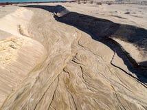 Les modèles ont fait par l'eau près d'une vieille mine en Pologne - vue aérienne photo stock