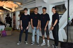 Les modèles posent à l'arrière plan au PATRON - exposition de Hugo Boss pendant l'été 2018 du ressort des hommes de NYFW Image stock