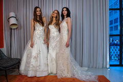Les modèles posent à la présentation de collection de Henry Roth Bridal Spring 2016 Photo stock