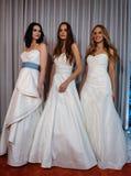 Les modèles posent à la présentation de collection de Henry Roth Bridal Spring 2016 Photos stock