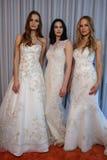 Les modèles posent à la présentation de collection de Henry Roth Bridal Spring 2016 Image libre de droits