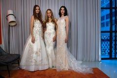 Les modèles posent à la présentation de collection de Michelle Roth Bridal Spring 2016 Photographie stock