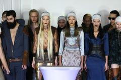 Les modèles posent chez Nina Athanasiou Runway à l'automne 2015 de MBFW Images stock