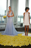 Les modèles posent pendant la collection nuptiale Pamella Roland Presentation de l'automne 2015 Image stock