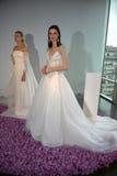 Les modèles posent pendant la collection nuptiale Pamella Roland Presentation de l'automne 2015 Images stock
