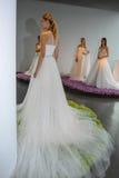 Les modèles posent pendant la collection nuptiale Pamella Roland Presentation de l'automne 2015 Photo libre de droits