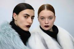 Les modèles posent pendant la présentation de Helen Yarmak pendant l'automne 2015 de MBFW Images stock