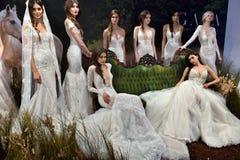 Les modèles posent pendant la présentation 2017 de ressort/été de Galia Lahav Bridal Fashion Week Images libres de droits