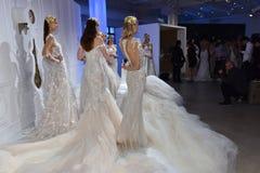 Les modèles posent pendant la présentation 2017 de ressort/été de Galia Lahav Bridal Fashion Week Images stock