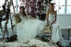 Les modèles posent pendant la présentation 2018 nuptiale de ressort de Marchesa/couture d'été Photos libres de droits