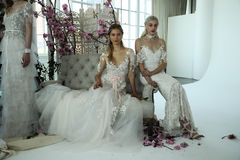 Les modèles posent pendant la présentation 2018 nuptiale de ressort de Marchesa/couture d'été Photos stock