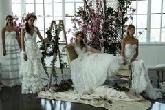 Les modèles posent pendant la présentation 2018 nuptiale de ressort de Marchesa/couture d'été Photographie stock libre de droits