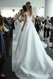 Les modèles posent pendant la présentation 2018 nuptiale de ressort de Marchesa/couture d'été Photo stock