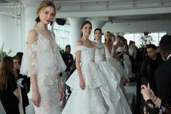 Les modèles posent pendant la présentation 2018 nuptiale de ressort de Marchesa/couture d'été Image stock