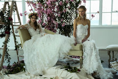 Les modèles posent pendant la présentation 2018 nuptiale de ressort de Marchesa/couture d'été Images libres de droits