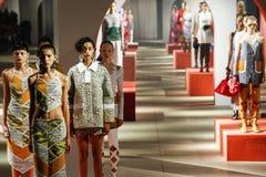 Les modèles posent sur la piste pendant l'exposition de Kenzo Photo stock