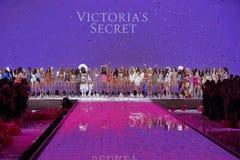 Les modèles posent sur la piste pendant le défilé de mode 2015 de secret du ` s de Victoria Images stock