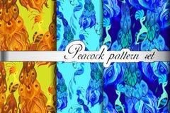 Les modèles sans couture de paon d'or d'abrégé sur bleu plumes placent, dirigent l'illustration Photos libres de droits