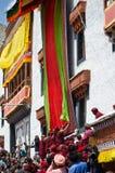 Les moines bouddhistes dévoilent le Thangka- une peinture bouddhiste tibétaine de Lord Padmashambhava Photographie stock