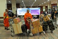 Les moines bouddhistes de Bangkok de Thaïlande volent de Bangkok à Kathman Photo stock
