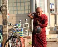 Les moines bouddhistes de Myanmarese sur l'aumône quotidienne arrondissent, marchant sur le sentier piéton pendant le matin à Yan photographie stock libre de droits