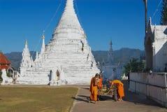 Les moines bouddhistes nettoient le territoire du temple de Wat Phra That Doi Kong MU en Mae Hong Son, Thaïlande images libres de droits