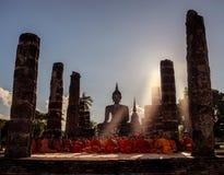 Les moines bouddhistes prient devant l'image de Bouddha photos libres de droits