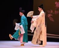 """Les moines marchent ainsi qu'un  occidental de Chamber†d'""""the d'opéra de fan-Kunqu Photographie stock"""