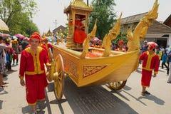 Les moines participent au cortège religieux pendant la célébration de Lao New Year dans Luang Prabang, Laos Images libres de droits