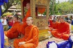 Les moines participent au cortège religieux pendant la célébration de Lao New Year dans Luang Prabang, Laos Photos stock
