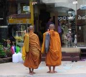 Les moines rassemblent l'aumône pieuse Photographie stock libre de droits